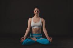 A menina desportiva bonita do iogue pratica o asana da ioga Imagem de Stock Royalty Free