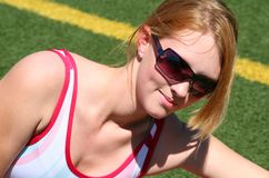 Menina desportiva bonito na trilha Imagens de Stock