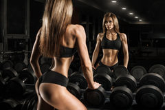 Menina desportiva no gym Fotos de Stock
