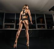 Menina desportiva no gym Imagem de Stock Royalty Free