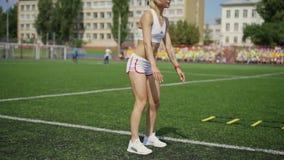 Menina desportiva que faz exercícios do salto vídeos de arquivo