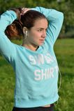 Menina desportiva que faz o rabo de cavalo Fotografia de Stock Royalty Free