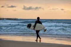 A menina desportiva vai a surfar Fotos de Stock Royalty Free