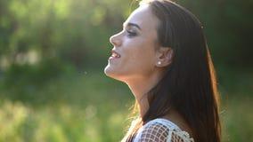 Menina despreocupada bonita com um sorriso impressionante Retrato video estoque