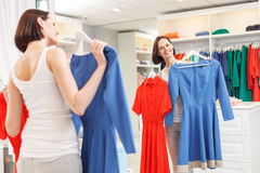 Menina despreocupada que seleciona o desgaste na loja Imagens de Stock