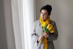 A menina deu as tulipas do amarelo da mola Fotos de Stock Royalty Free
