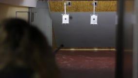 A menina dispara no alvo video estoque
