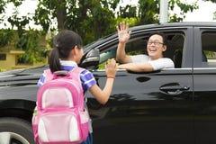 A menina diz adeus com pai Fotografia de Stock