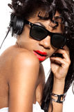 A menina DJ escuta música com auscultadores Imagens de Stock