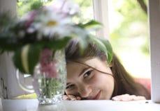 Menina do adolescente com fim do boupuet da hortênsia acima da foto Foto de Stock Royalty Free
