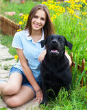 Menina do adolescente com labrador retriever preto Fotografia de Stock Royalty Free