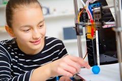 Menina do adolescente com printe 3d Educação Imagens de Stock