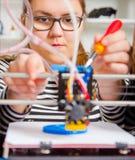 Menina do adolescente com printe 3d Educação Fotografia de Stock