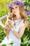 A menina do adolescente está guardando seu cão pequeno Imagens de Stock