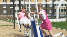Menina do adolescente no local aberto com equipamento do exercício Estilo de vida saud?vel video estoque