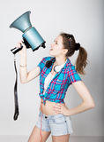 Menina do adolescente no short da sarja de Nimes e em emoções diferentes expressas de uma camisa de manta conselheiro em um acamp Imagem de Stock Royalty Free
