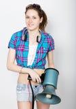 Menina do adolescente no short da sarja de Nimes e em emoções diferentes expressas de uma camisa de manta conselheiro em um acamp Fotografia de Stock Royalty Free