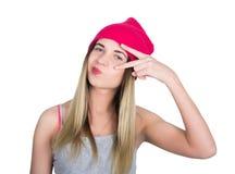 Menina do adolescente no short da sarja de Nimes, t-shirt cinzento e um chapéu cor-de-rosa da malha, amarrado na camisa de manta  Fotos de Stock