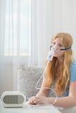 Menina do adolescente que faz a inalação interna Foto de Stock Royalty Free