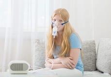 Menina do adolescente que faz a inalação interna Fotografia de Stock Royalty Free