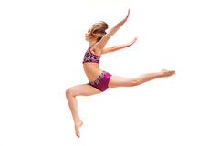 A menina do adolescente que faz os exercícios da ginástica isolados no fundo branco fotografia de stock royalty free