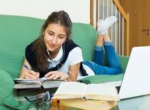 Menina do adolescente que faz trabalhos de casa imagem de stock royalty free