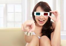 Menina do adolescente que olha o filme Fotografia de Stock