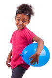 Menina do americano africano que prende um balão azul Imagens de Stock