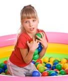 Menina do aniversário na camisa de esporte com esfera de jogo. Foto de Stock