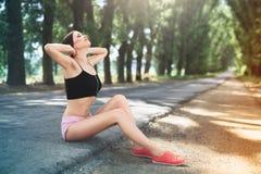 Menina do atleta que prepara-se para correr no parque Aquece-se a movimentar-se foto de stock royalty free