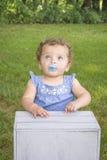 Menina do bebê de um ano que suga em uma chupeta fotos de stock