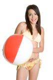 Menina do biquini da esfera de praia imagem de stock royalty free