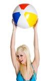 Menina do biquini da esfera de praia foto de stock