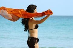 Menina do biquini pelo oceano foto de stock royalty free