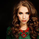 Menina do cabelo Curly Mulher bonita do modelo de forma Foto de Stock Royalty Free