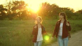 A menina do caminhante, meninas adolescentes viaja e guarda as mãos Viajantes das crian?as meninas do turista na estrada secundár video estoque