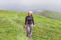 Menina do caminhante nas montanhas Imagens de Stock