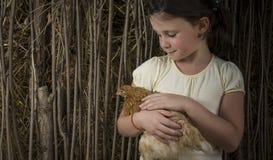 Menina do campo no milho que guarda um pintainho Foto de Stock Royalty Free