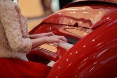 Menina do centro de negócios que joga o piano Imagem de Stock Royalty Free