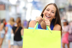 Menina do cliente que compra e que guarda um saco de compras Imagem de Stock Royalty Free