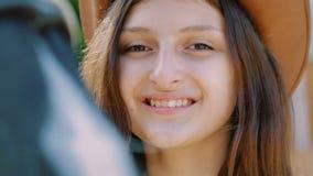 A menina do close-up toca no nariz colorido do ` s do cavalo lentamente video estoque