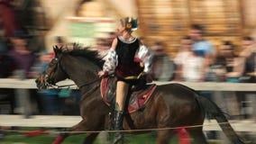 A menina do cossaco monta um cavalo e executa truques vídeos de arquivo