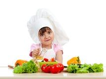 Menina do cozinheiro chefe que prepara o alimento saudável Fotos de Stock