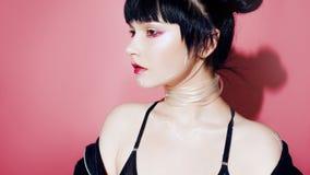 Menina do Cyber Jovem mulher bonita, estilo futurista Retrato de uma menina em um rosa imagem de stock royalty free
