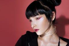 Menina do Cyber Jovem mulher bonita, estilo futurista Retrato de uma menina em um rosa fotografia de stock
