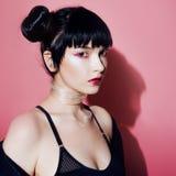 Menina do Cyber Jovem mulher bonita, estilo futurista Retrato de uma menina em um rosa foto de stock