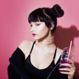 Menina do Cyber Jovem mulher bonita, estilo futurista Retrato de uma soda bebendo da menina na moda imagens de stock royalty free