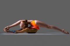 Menina do dançarino que faz o exercício acrobático do backbend fotografia de stock