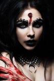 Menina do demônio com uma bala na cabeça e em seu corte da garganta Uma imagem para Dia das Bruxas Imagem de Stock