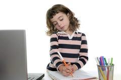 Menina do desenho com o marcador no portátil da mesa Imagens de Stock Royalty Free